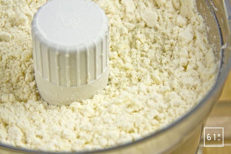 Mélanger les ingrédients secs farine, sucre, levure chimique, sel