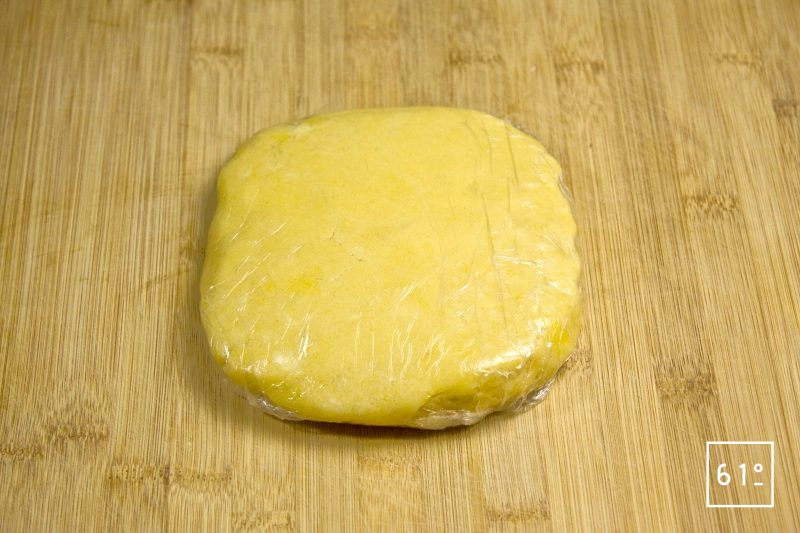 Emballer la pâte sablée dans un film alimentaire
