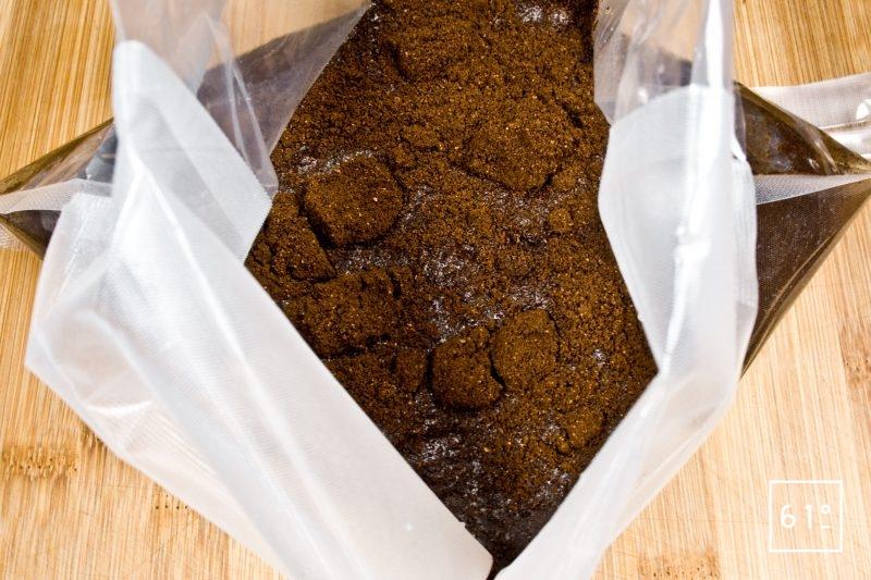 Mettre sous vide le café moulu finement avec l'eau
