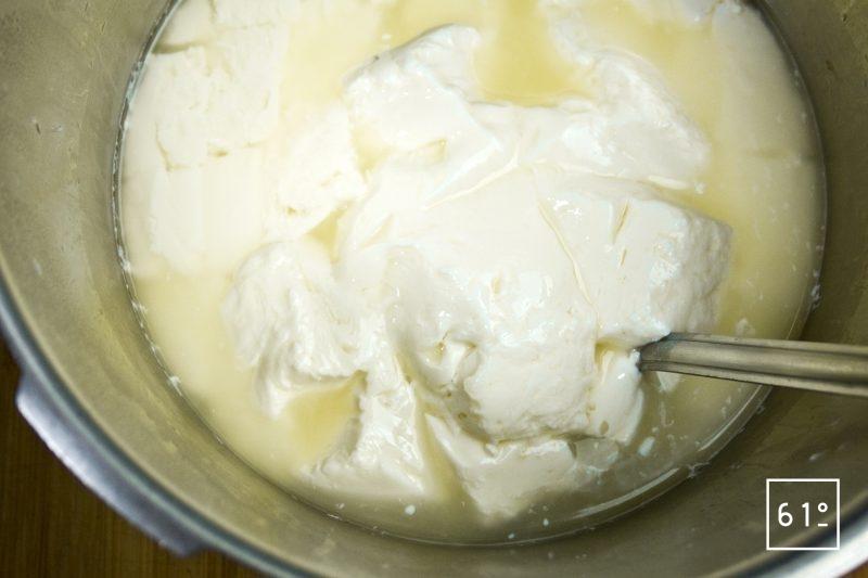 Égoutter le caillé de lait avec un égouttoir