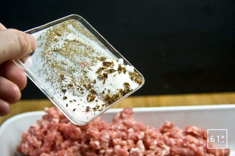 Ajouter l'assaisonnement à la chair à saucisse