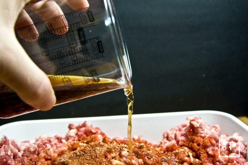 Ajouter les liquides : sauce soja claire, vin blanc, eau à la chair à saucisse au paprika