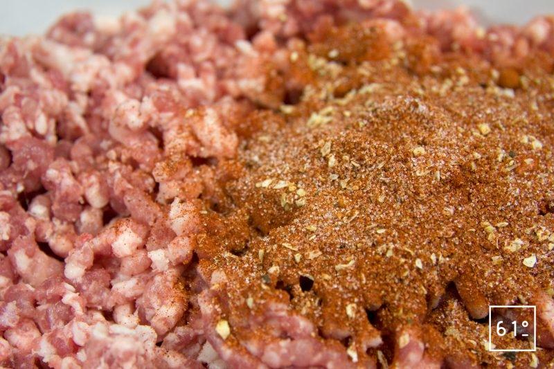 Ajouter les poudres à la chair à saucisse au paprika