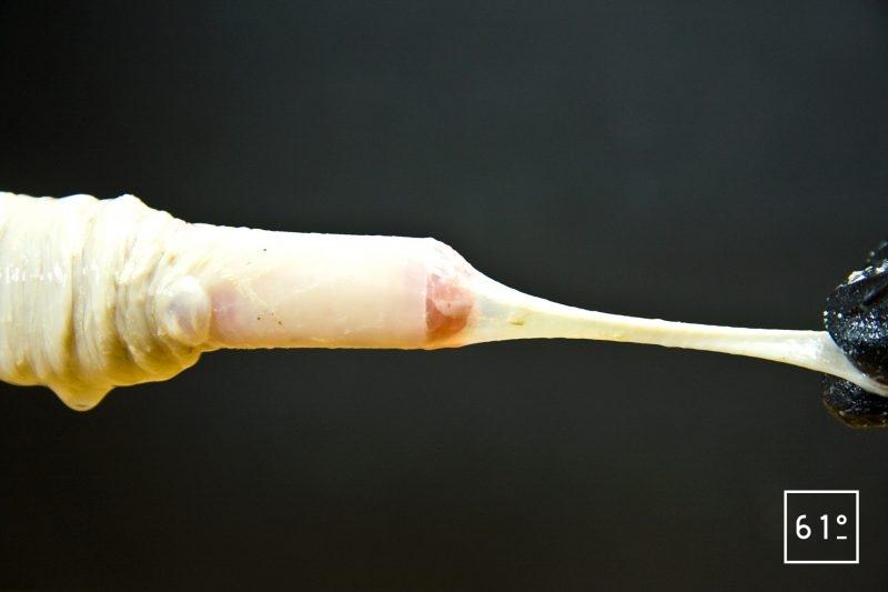 Amener la chair à saucisse jusqu'à la limite du tube d'embossage