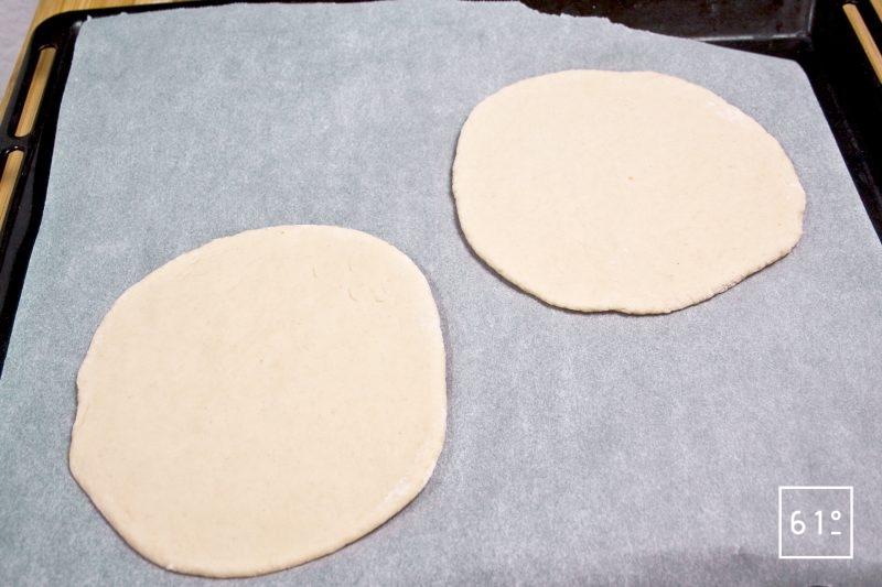 Abaisser les pitas pour former des cercles de 18 cm