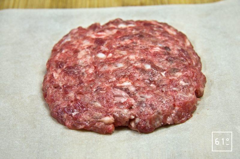 Former des steaks de 3 cm d'épaisseur et de la forme que vous souhaitez
