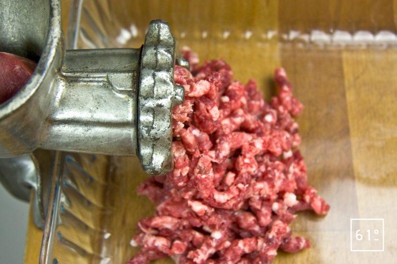 Hacher les viandes et le gras au hachoir grille de 8 mm