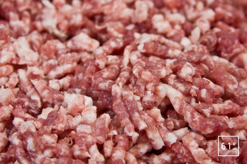 Viande hachée à l'aide d'un hachoir et d'une grille de 6 mm