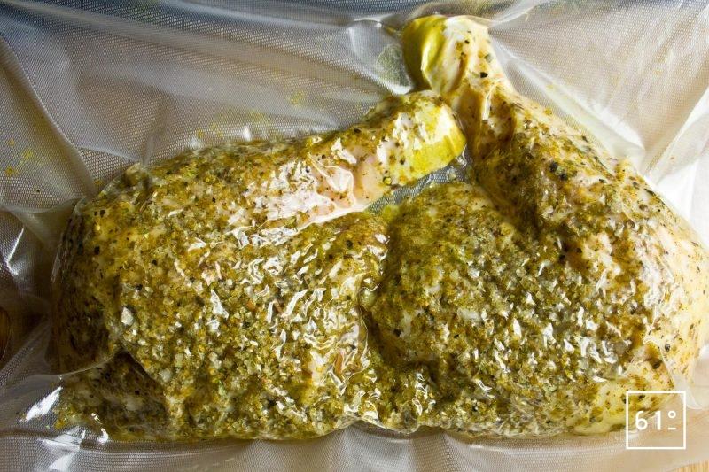 Réfrigérer les cuisses de poulet fermier et le mélange d'épices et sel sous vide