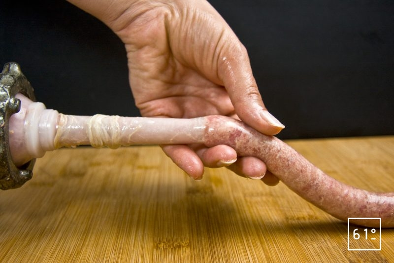 Faire entrer la chair à saucisse dans le boyau progressivement