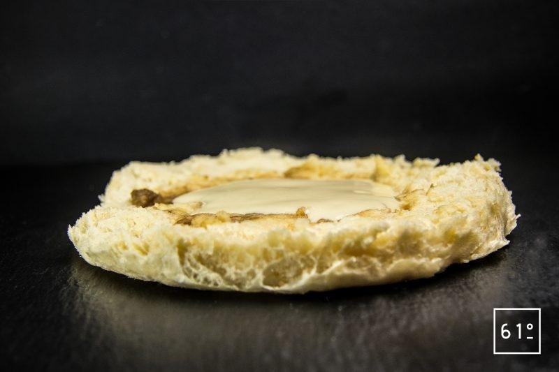 Ajouter la mayonnaise César sur l'ail confit - burger à la salade César