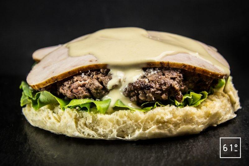 Ajouter la mayonnaise César sur les filets de poulet rôti - burger à la salade César
