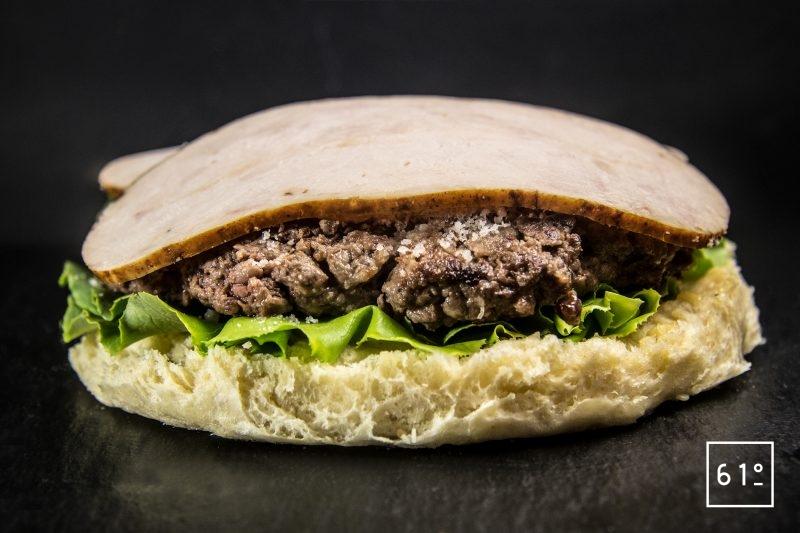 Déposer les tranches de filet de poulet rôti sur le parmesan - burger à la salade César