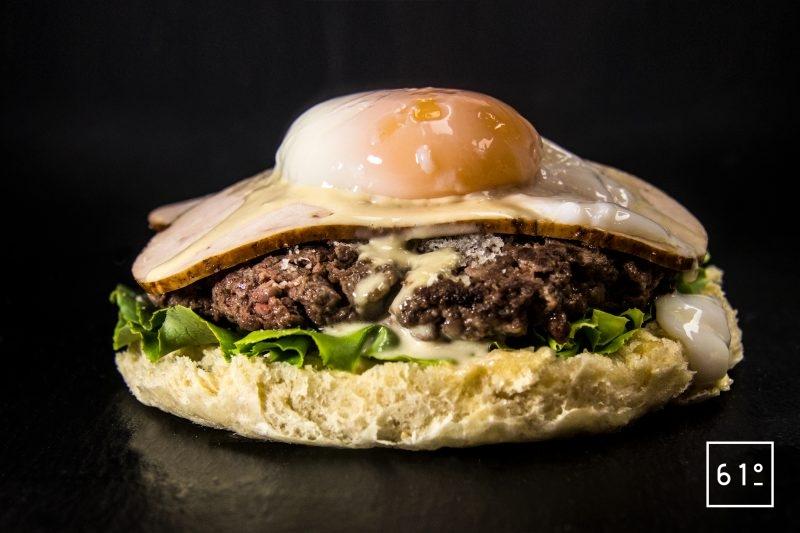 Déposer l'œuf Onsen - burger à la salade César