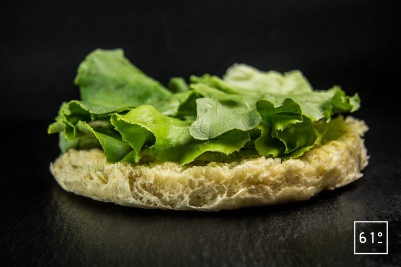 Mettre les feuilles de salade romaine - Burger à la salade César