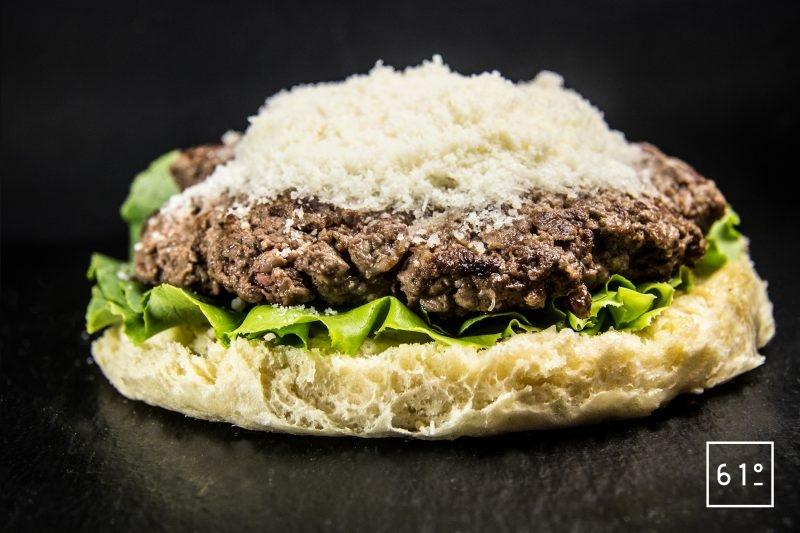 Saupoudrer de parmesan - burger à la salade César