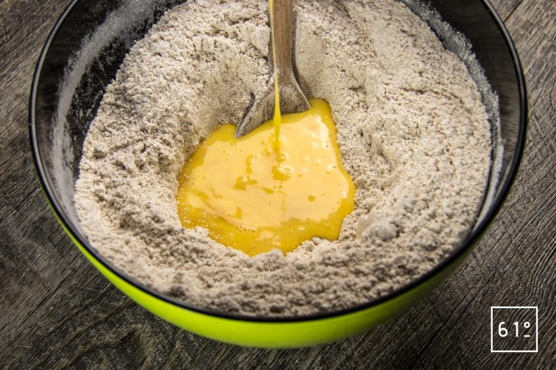 Ajouter l'œuf au mélange de farines et de sucre de canne