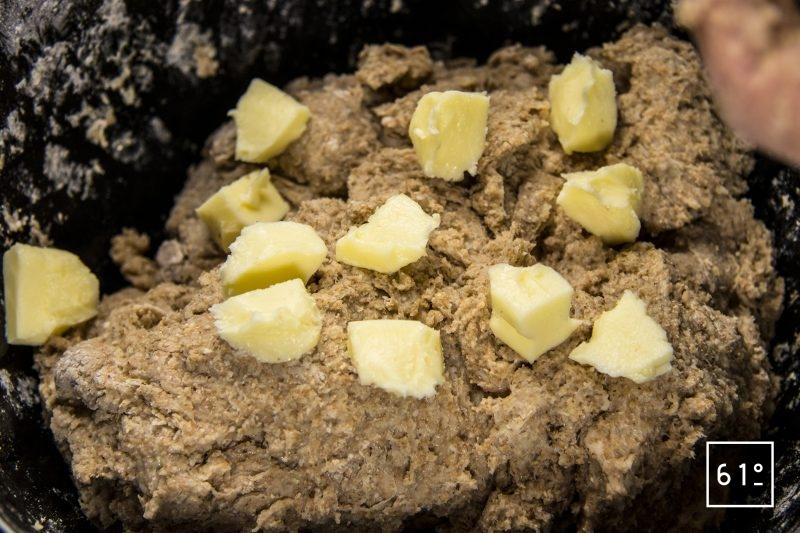 Ajouter le beurre à la pâte à pain de mie