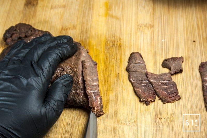 Couper des tranches de bœuf mariné