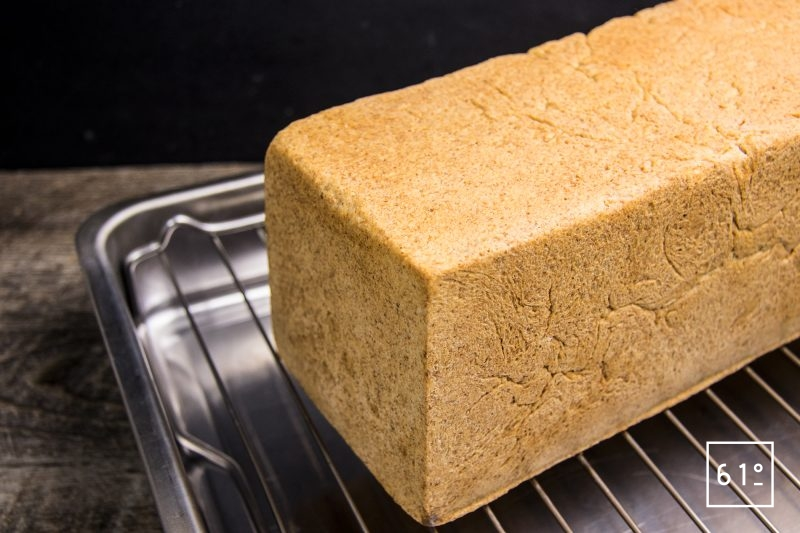 Démouler le pain de mie juste après la cuisson