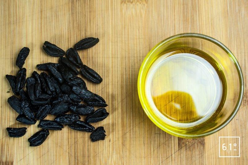 Dénoyauter les olives noires