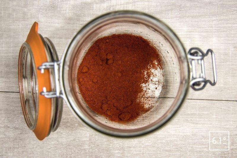 Déposer du paprika au fond du pot qui servira à la lactofermentation
