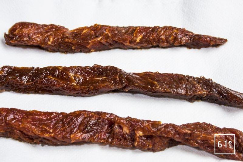 Déposer la viande sur un papier absorbant