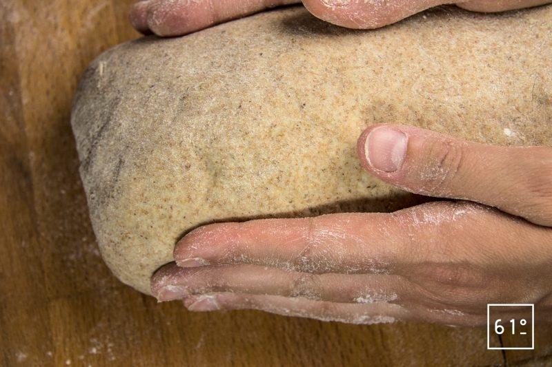 Donner la forme à la pâte de pain de mie complet