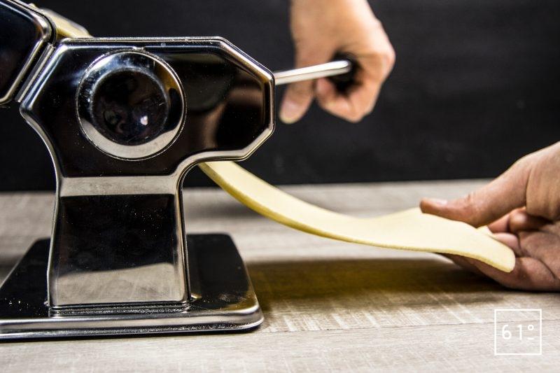 Étaler la pâte à l'aide d'une machine à lasagnes