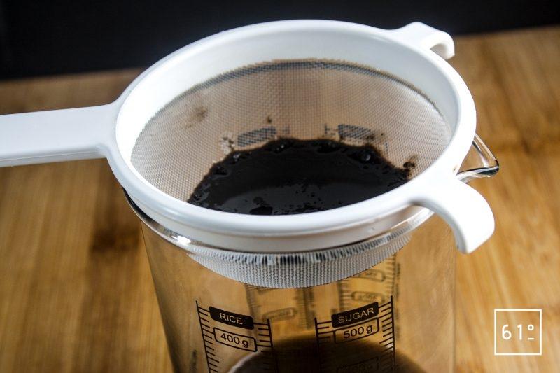 Filtrer l'huile d'olive noire