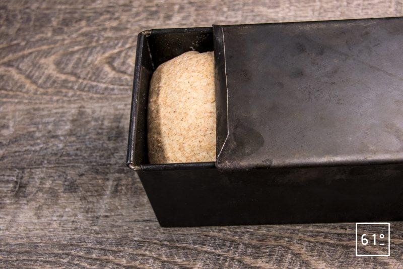 Laisser gonfler la pâte dans le moule à pain de mie