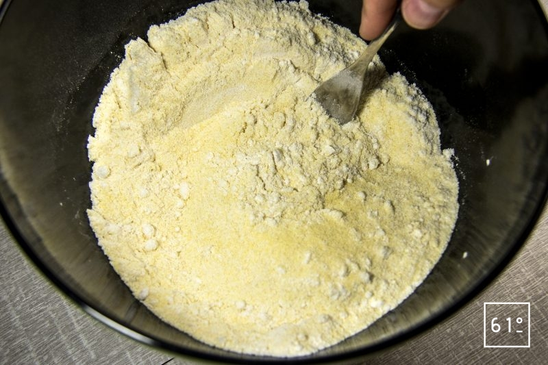 Mélanger la farine de blé et la semoule de blé dur