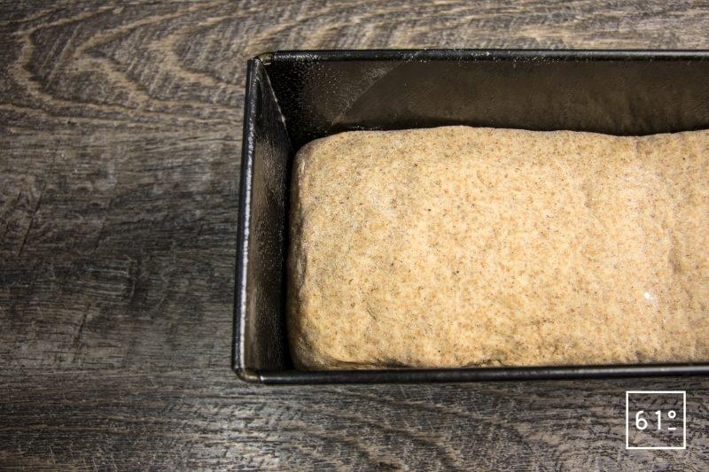 Mettre la pâte dans le moule à pain de mie