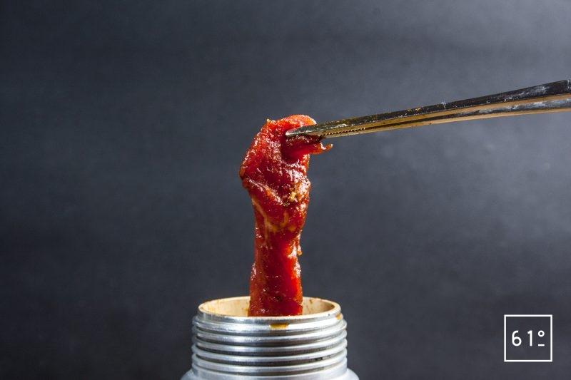 Mettre les lanières de viande à mariner au siphon