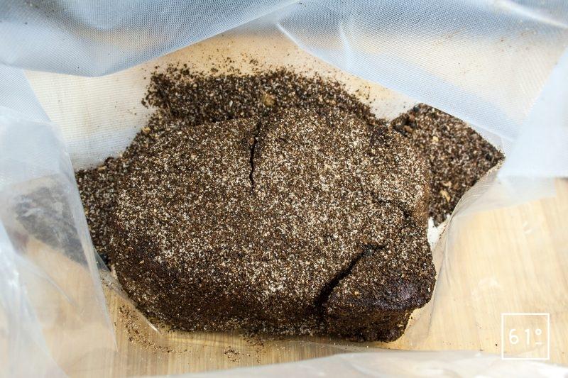 Mettre sous vide le filet recouvert du mélange de café et d'épices