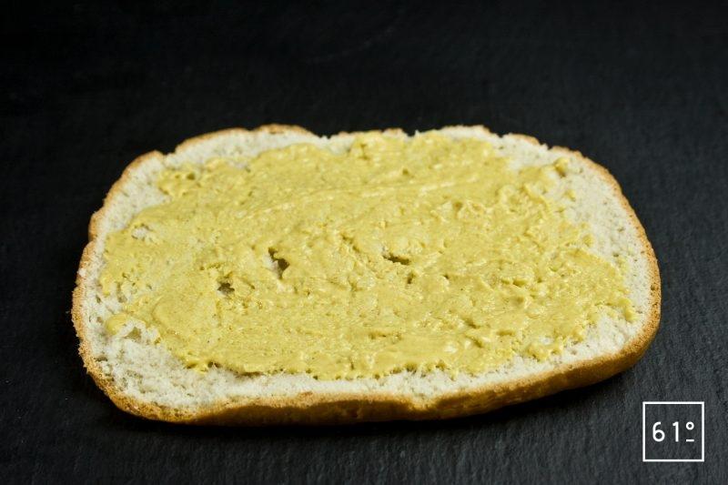 Étaler la moutarde sur le bun