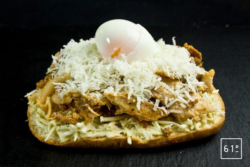 Déposer l'œuf onsen à 64 °C sur le dessus du fromage