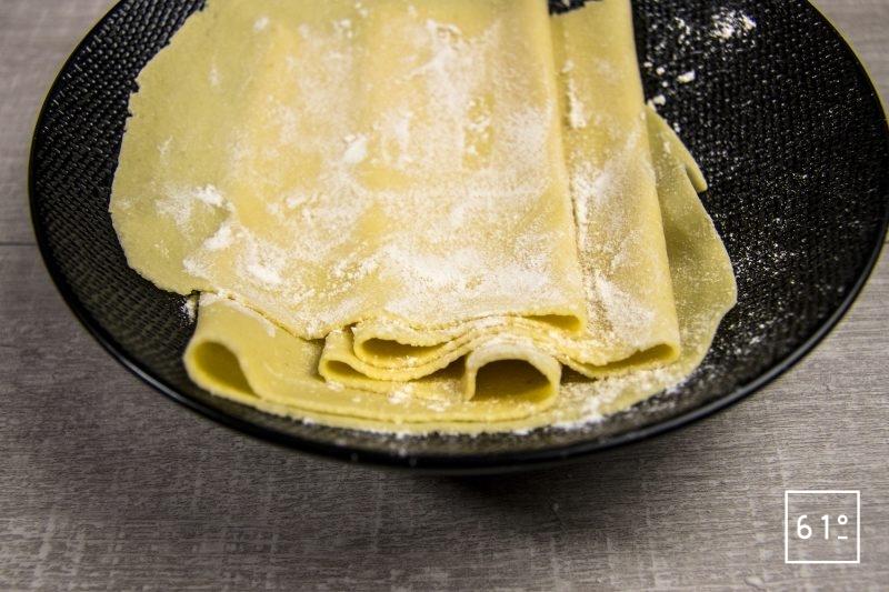 Fariner les bandes de pâte