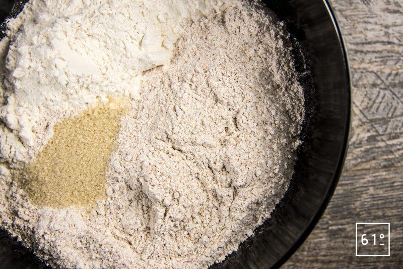 Rassembler les différentes farines de blé et le sucre de canne
