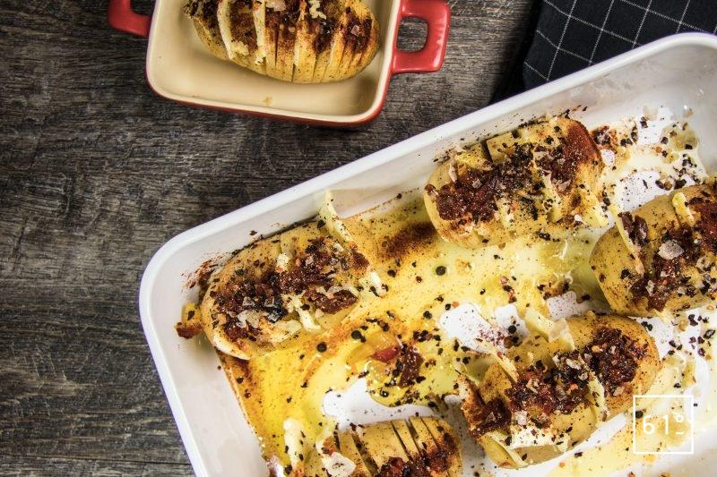 Déposer les pommes de terre et huiler