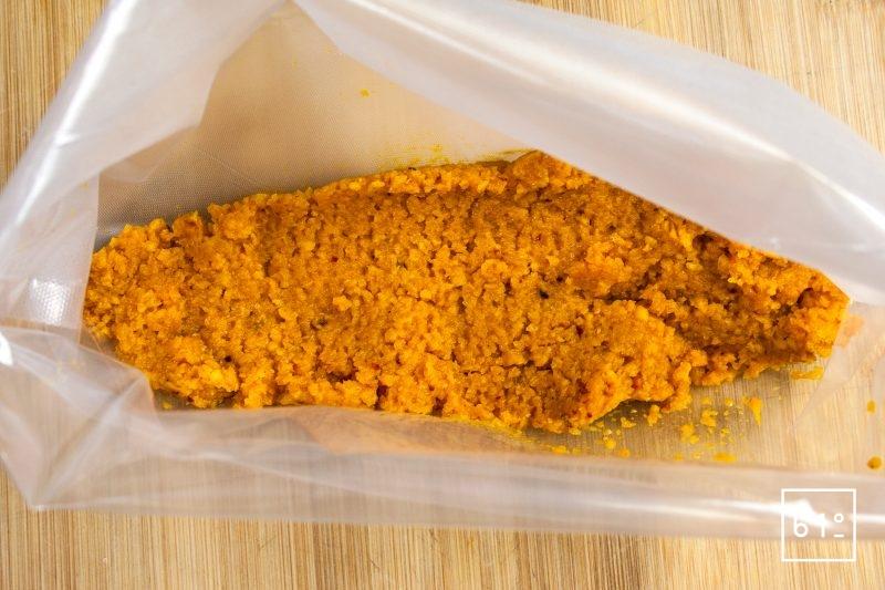 Recouvrir le pavé de saumon avec le reste de purée de carottes