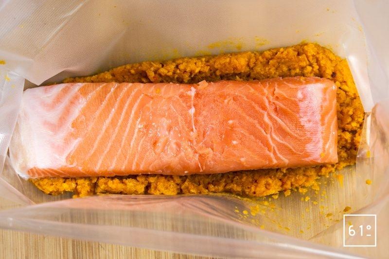 Déposer le pavé de saumon sur le mélange de purée de carottes