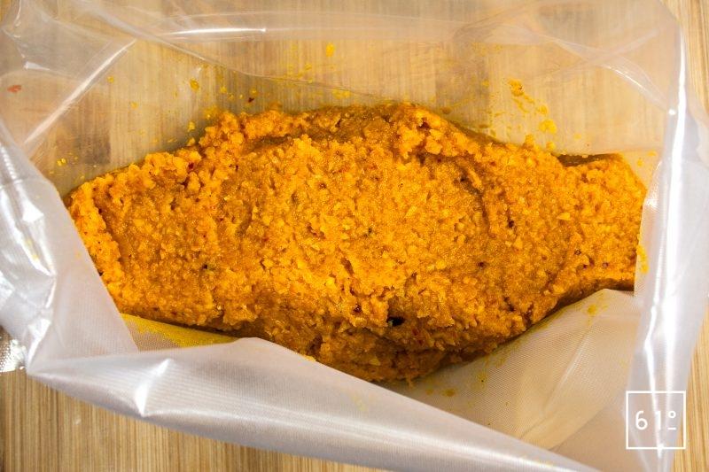 Déposer dans un sac pour la cuisson sous vide le mélange de purée de carottes, de sel et d'épices