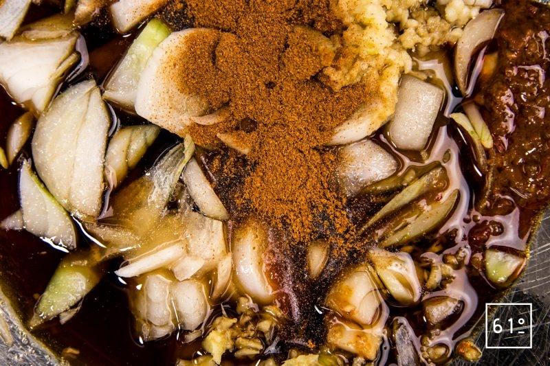 Mélanger le gingembre, les piments, les sauces soja et nuoc mam, l'oignon et l'ail...
