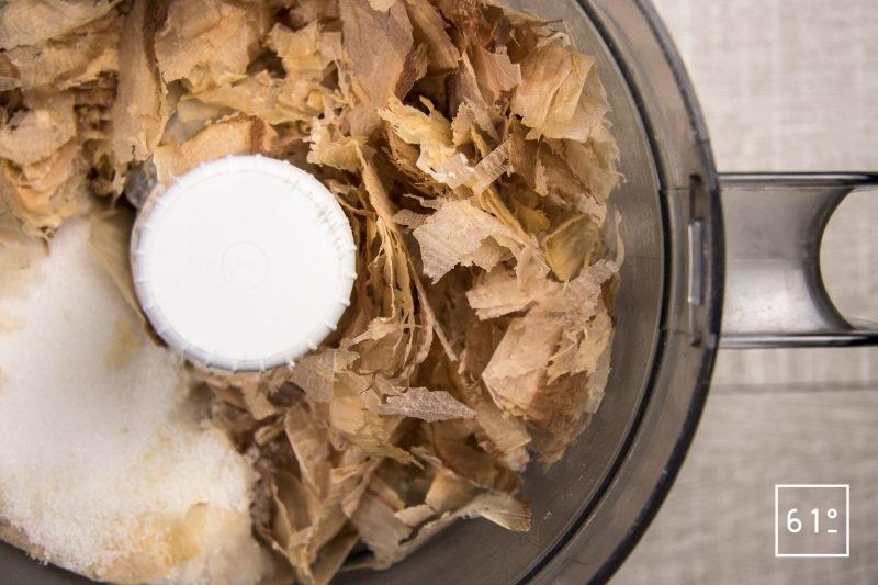 Mettre dans un mixeur le katsuobushi, le sel, le sucre.