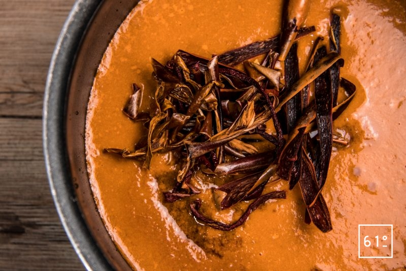 Ajouter les piments et poivrons déshydratés ainsi que les piments frais