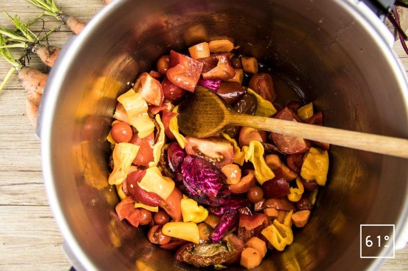 Mélanger les légumes le bicarbonate et les huiles