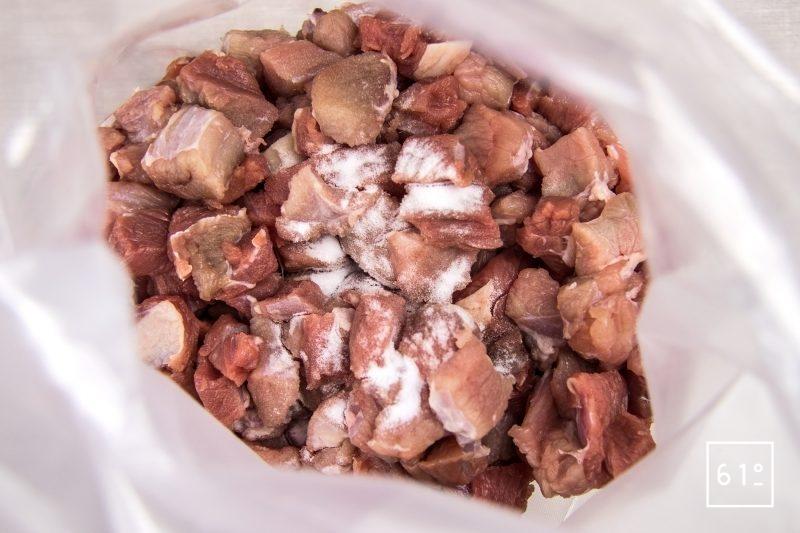 Mettre sous vide la viande de génisse en cubes et le bicarbonate de sodium