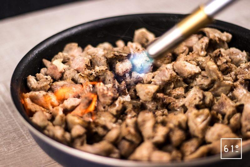 Griller la viande de génisse après cuisson sous vide à l'aide d'un chalumeau