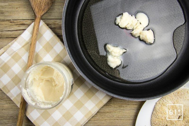 Faire chauffer l'huile et la graisse d'oie pour frire les chapeaux de coulemelle panés